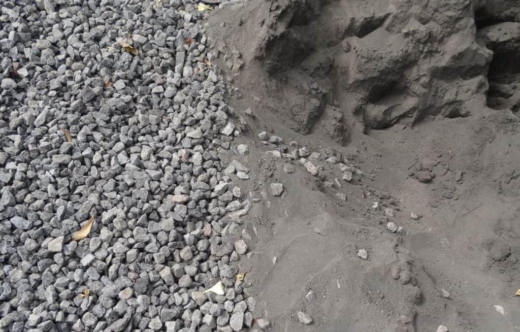 Ingredients of concrete: gravel as aggregate and sand.